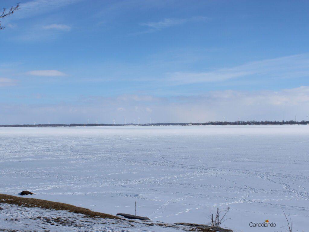 Lago Ontário - ao fundo Wolfe Island com seu parque eólico